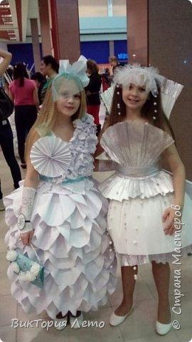 Здравствуйте! Привелось нам с дочкой в данный момент участвовать в конкурсе Мини Мисс Екатеринбург 2015г. Конкурс идет до сих пор. В субботу был 2 этап конкурса,организаторы придумали классную тему, одеть девочек в платья из бумаги в исполнении родителей и сделать модное дефиле в них. Зрелище было классное, 62 участницы все в разных платьях бумажных. Труд конечно большой,делала 2,5 дня почти с утра и до 12 ночи. Но результат конечно оч.красивый. Решила поделиться с Вами опытом. Вдруг кому пригодиться. Ну и вообще посвятить небольшой фоторепортаж этому событию. Вот оно готовое. Рост дочки 154см. фото 22