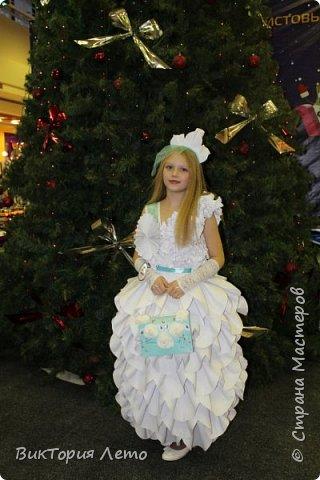 Здравствуйте! Привелось нам с дочкой в данный момент участвовать в конкурсе Мини Мисс Екатеринбург 2015г. Конкурс идет до сих пор. В субботу был 2 этап конкурса,организаторы придумали классную тему, одеть девочек в платья из бумаги в исполнении родителей и сделать модное дефиле в них. Зрелище было классное, 62 участницы все в разных платьях бумажных. Труд конечно большой,делала 2,5 дня почти с утра и до 12 ночи. Но результат конечно оч.красивый. Решила поделиться с Вами опытом. Вдруг кому пригодиться. Ну и вообще посвятить небольшой фоторепортаж этому событию. Вот оно готовое. Рост дочки 154см. фото 19