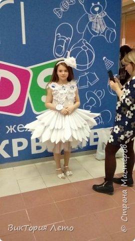 Здравствуйте! Привелось нам с дочкой в данный момент участвовать в конкурсе Мини Мисс Екатеринбург 2015г. Конкурс идет до сих пор. В субботу был 2 этап конкурса,организаторы придумали классную тему, одеть девочек в платья из бумаги в исполнении родителей и сделать модное дефиле в них. Зрелище было классное, 62 участницы все в разных платьях бумажных. Труд конечно большой,делала 2,5 дня почти с утра и до 12 ночи. Но результат конечно оч.красивый. Решила поделиться с Вами опытом. Вдруг кому пригодиться. Ну и вообще посвятить небольшой фоторепортаж этому событию. Вот оно готовое. Рост дочки 154см. фото 23