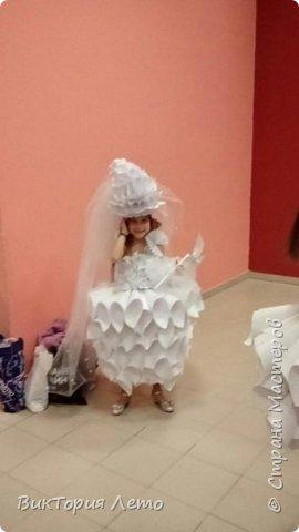 Здравствуйте! Привелось нам с дочкой в данный момент участвовать в конкурсе Мини Мисс Екатеринбург 2015г. Конкурс идет до сих пор. В субботу был 2 этап конкурса,организаторы придумали классную тему, одеть девочек в платья из бумаги в исполнении родителей и сделать модное дефиле в них. Зрелище было классное, 62 участницы все в разных платьях бумажных. Труд конечно большой,делала 2,5 дня почти с утра и до 12 ночи. Но результат конечно оч.красивый. Решила поделиться с Вами опытом. Вдруг кому пригодиться. Ну и вообще посвятить небольшой фоторепортаж этому событию. Вот оно готовое. Рост дочки 154см. фото 24
