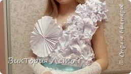 Здравствуйте! Привелось нам с дочкой в данный момент участвовать в конкурсе Мини Мисс Екатеринбург 2015г. Конкурс идет до сих пор. В субботу был 2 этап конкурса,организаторы придумали классную тему, одеть девочек в платья из бумаги в исполнении родителей и сделать модное дефиле в них. Зрелище было классное, 62 участницы все в разных платьях бумажных. Труд конечно большой,делала 2,5 дня почти с утра и до 12 ночи. Но результат конечно оч.красивый. Решила поделиться с Вами опытом. Вдруг кому пригодиться. Ну и вообще посвятить небольшой фоторепортаж этому событию. Вот оно готовое. Рост дочки 154см. фото 15