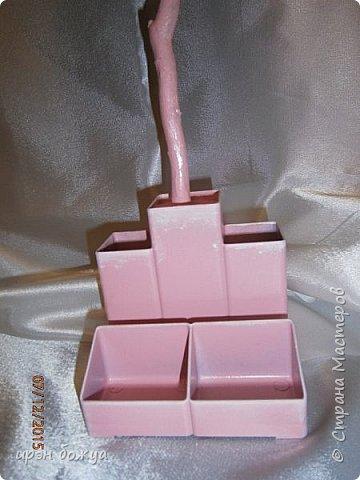 Всем здравствуйте. Сегодня я с топиарием в виде органайзера. Подобные есть в СМ, но я со своим. Подарок сделан на день рождение сотруднице. В работе использовала органайзер и яичные лотки для цветов. Как делать цветы в Интернете МК есть. Покрашен топиарий розовой краской без блеска(акриловая автомобильная). Так как органайзер был черный, а картон серый, то цвет получился немного приглушенный, такой винтажный. После покраски оттенила края цветов белой краской.  фото 9