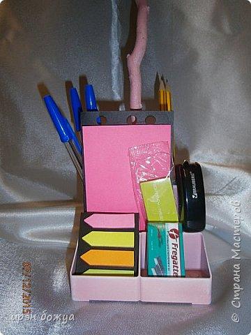 Всем здравствуйте. Сегодня я с топиарием в виде органайзера. Подобные есть в СМ, но я со своим. Подарок сделан на день рождение сотруднице. В работе использовала органайзер и яичные лотки для цветов. Как делать цветы в Интернете МК есть. Покрашен топиарий розовой краской без блеска(акриловая автомобильная). Так как органайзер был черный, а картон серый, то цвет получился немного приглушенный, такой винтажный. После покраски оттенила края цветов белой краской.  фото 10