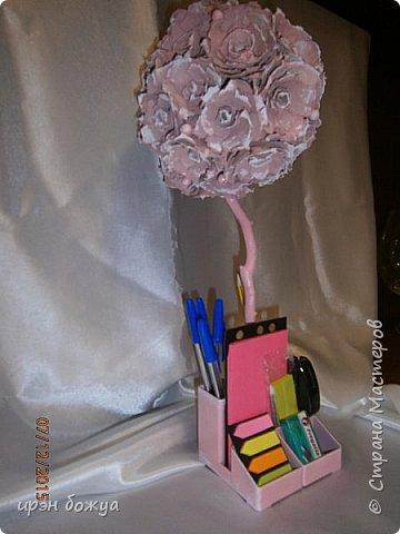 Всем здравствуйте. Сегодня я с топиарием в виде органайзера. Подобные есть в СМ, но я со своим. Подарок сделан на день рождение сотруднице. В работе использовала органайзер и яичные лотки для цветов. Как делать цветы в Интернете МК есть. Покрашен топиарий розовой краской без блеска(акриловая автомобильная). Так как органайзер был черный, а картон серый, то цвет получился немного приглушенный, такой винтажный. После покраски оттенила края цветов белой краской.  фото 12