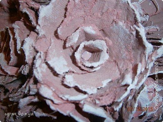 Всем здравствуйте. Сегодня я с топиарием в виде органайзера. Подобные есть в СМ, но я со своим. Подарок сделан на день рождение сотруднице. В работе использовала органайзер и яичные лотки для цветов. Как делать цветы в Интернете МК есть. Покрашен топиарий розовой краской без блеска(акриловая автомобильная). Так как органайзер был черный, а картон серый, то цвет получился немного приглушенный, такой винтажный. После покраски оттенила края цветов белой краской.  фото 4