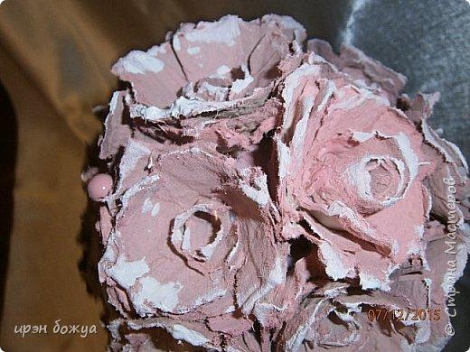 Всем здравствуйте. Сегодня я с топиарием в виде органайзера. Подобные есть в СМ, но я со своим. Подарок сделан на день рождение сотруднице. В работе использовала органайзер и яичные лотки для цветов. Как делать цветы в Интернете МК есть. Покрашен топиарий розовой краской без блеска(акриловая автомобильная). Так как органайзер был черный, а картон серый, то цвет получился немного приглушенный, такой винтажный. После покраски оттенила края цветов белой краской.  фото 5