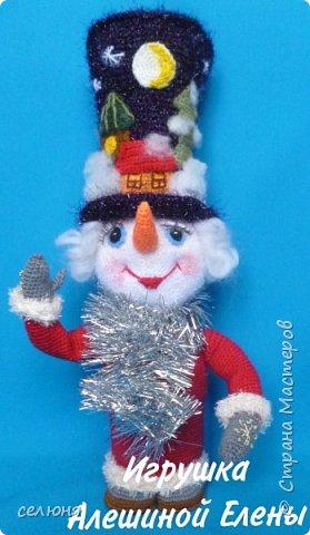 Вот такой симпатичный снеговичок родился у меня при помощи ниток и крючка фото 3