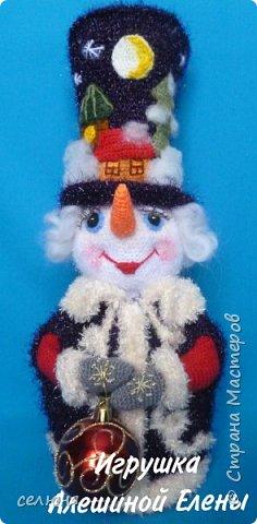 Вот такой симпатичный снеговичок родился у меня при помощи ниток и крючка фото 1
