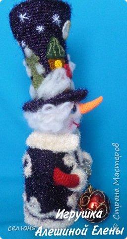 Вот такой симпатичный снеговичок родился у меня при помощи ниток и крючка фото 2