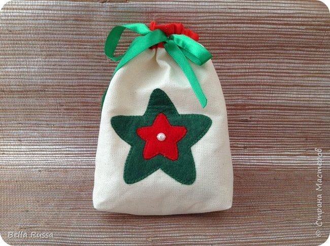 Здравствуйте, дорогие соседи! Приближается праздник и очень хочется порадовать любимых и дорогих желанными, нужными и обязательно красивыми подарками.  Предлагаю несколько идей по оформлению подарочных мешочков. В них можно сложить подарок или насыпать много конфет или сложить много мандаринов или просто наполнить конфетти! Совсем новая серия мешочков - новогодние шары. Принцип одинаковый - кружок из ткани, укрепляем клеевой, оформляем лентами, бусинами и чем душа попросит.  фото 5