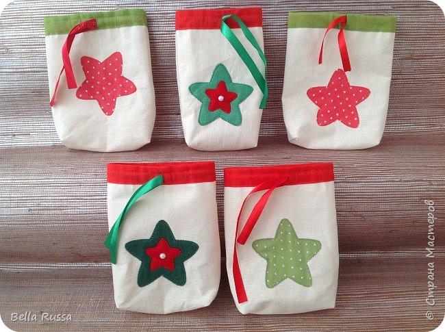 Здравствуйте, дорогие соседи! Приближается праздник и очень хочется порадовать любимых и дорогих желанными, нужными и обязательно красивыми подарками.  Предлагаю несколько идей по оформлению подарочных мешочков. В них можно сложить подарок или насыпать много конфет или сложить много мандаринов или просто наполнить конфетти! Совсем новая серия мешочков - новогодние шары. Принцип одинаковый - кружок из ткани, укрепляем клеевой, оформляем лентами, бусинами и чем душа попросит.  фото 6