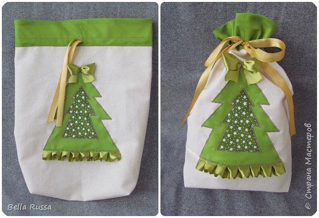 Здравствуйте, дорогие соседи! Приближается праздник и очень хочется порадовать любимых и дорогих желанными, нужными и обязательно красивыми подарками.  Предлагаю несколько идей по оформлению подарочных мешочков. В них можно сложить подарок или насыпать много конфет или сложить много мандаринов или просто наполнить конфетти! Совсем новая серия мешочков - новогодние шары. Принцип одинаковый - кружок из ткани, укрепляем клеевой, оформляем лентами, бусинами и чем душа попросит.  фото 8