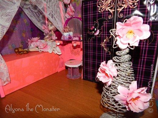 Приветствую всех, кто зашел в гости!  Недавно у Повелительницы Драконов появилась комната. Ну не может же столь важная персона быть бездомной)) Я решила сделать спальню для Вирджин розового цвета, в тон цветам на платье. Давайте рассмотрим ее поподробнее. фото 1