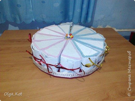 Дорогие мастера и мастерицы, сделала я вот такой бумажный тортик в подарок бабушке на День Рождения. В каждой коробочке пачка чая...Украсила цветами из бумаги и стразами. В центр тортика воткнула букетик цветов из конфет. фото 20