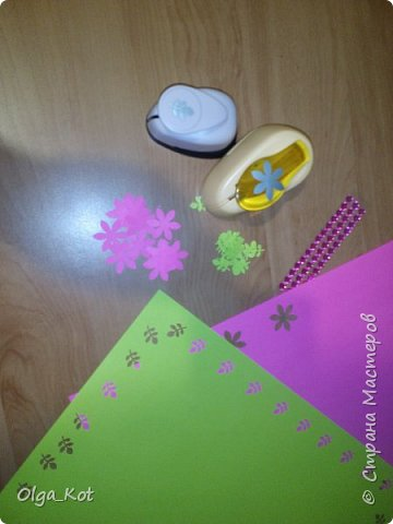 Дорогие мастера и мастерицы, сделала я вот такой бумажный тортик в подарок бабушке на День Рождения. В каждой коробочке пачка чая...Украсила цветами из бумаги и стразами. В центр тортика воткнула букетик цветов из конфет. фото 23