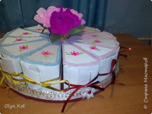 Дорогие мастера и мастерицы, сделала я вот такой бумажный тортик в подарок бабушке на День Рождения. В каждой коробочке пачка чая...Украсила цветами из бумаги и стразами. В центр тортика воткнула букетик цветов из конфет. фото 5