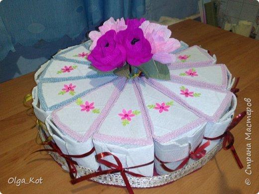 Дорогие мастера и мастерицы, сделала я вот такой бумажный тортик в подарок бабушке на День Рождения. В каждой коробочке пачка чая...Украсила цветами из бумаги и стразами. В центр тортика воткнула букетик цветов из конфет. фото 3