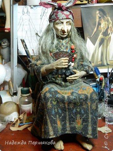 Текстильная кукла размером 65 см без учета метлы. Не портретка не Милляр, но на его образ ориентировалась что бы был знаком - она женщина до мозга костей хоть и уже в возрасте. Наполнитель синтепон гнущийся медный каркас. Сверху самые дешевые колготки. фото 5