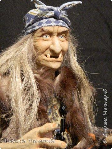 Текстильная кукла размером 65 см без учета метлы. Не портретка не Милляр, но на его образ ориентировалась что бы был знаком - она женщина до мозга костей хоть и уже в возрасте. Наполнитель синтепон гнущийся медный каркас. Сверху самые дешевые колготки. фото 2
