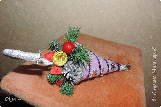 У всех началась новогодняя суета. И меня не обошла она стороной. Когда столько красоты у мастериц, самой хочется что нибудь сделать. Спасибо вам за идеи и за вдохновение. Новогодние подсвечники. делала из CD дисков остатков старо елки пробок от газ воды, и украшала как душа подскажет)) фото 7