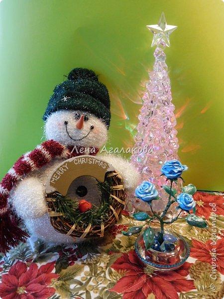 Добрый вечер или утро ! Сегодня я к вам с синими розами . На улице зима и розы получились зимними с замерзшими капельками росы. Лепила из холодного фарфора. Сделана эта композиция в подарок . фото 3
