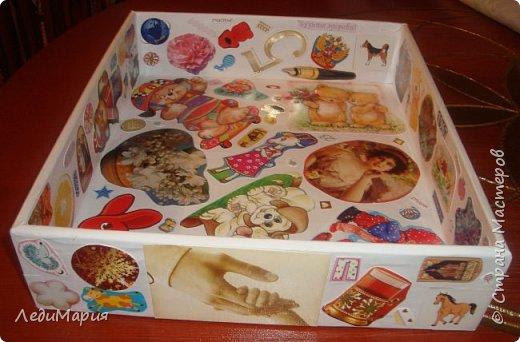Здравствуйте! очень я люблю коробки-большие и маленькие, пластиковые и картонные. Поскольку в детских игрушках всегда беспорядок и много маленьких игрушек разбросаны по всему дому,решила сделать веселую коробочку для дочи,чтоб ей интересно было собирать свои богатства в нее. Обычная коробка от кубиков (большая). Обклеена бумагой и сделан коллаж из самых разных картинок. А картинки как всегда я беру из бросового материала: старые открытки, рекламные проспекты, журналы, фантики, коробки от чая и продуктов, вкладыши и оберточный материал от упаковок игрушек и даже ярлычки от детской одежды, марки, упаковки от конфет и печенья и ,стыдно сказать - картинки из сигаретных пачек. В общем все,что мы обычно выкидываем - превратилось в веселую коробочку. Надеюсь моя идея кому то пригодится.