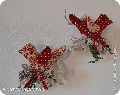 """Здравствуйте, сегодня хочу показать, как шить таких милых птичек. Это очень легко. Назвала их """"рождественскими"""", так как сшиты они в преддверии этого праздника. Но в зависимости от рисунка на ткани и декора они могут быть к примеру """"пасхальными"""" или """"летними"""", выбор за вами. Весной я уже делала похожих, но они были """"плоскими"""". Немного помучившись и сделав несколько проб я сумела создать свою авторскую выкройку для пошива объемных птичек. Надеюсь, вам понравится такой вариант. фото 2"""