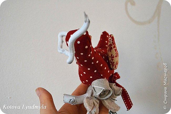 """Здравствуйте, сегодня хочу показать, как шить таких милых птичек. Это очень легко. Назвала их """"рождественскими"""", так как сшиты они в преддверии этого праздника. Но в зависимости от рисунка на ткани и декора они могут быть к примеру """"пасхальными"""" или """"летними"""", выбор за вами. Весной я уже делала похожих, но они были """"плоскими"""". Немного помучившись и сделав несколько проб я сумела создать свою авторскую выкройку для пошива объемных птичек. Надеюсь, вам понравится такой вариант. фото 21"""