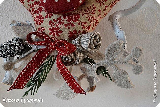 """Здравствуйте, сегодня хочу показать, как шить таких милых птичек. Это очень легко. Назвала их """"рождественскими"""", так как сшиты они в преддверии этого праздника. Но в зависимости от рисунка на ткани и декора они могут быть к примеру """"пасхальными"""" или """"летними"""", выбор за вами. Весной я уже делала похожих, но они были """"плоскими"""". Немного помучившись и сделав несколько проб я сумела создать свою авторскую выкройку для пошива объемных птичек. Надеюсь, вам понравится такой вариант. фото 22"""