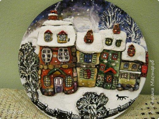 Зима снегами вьюжится С утра и дотемна. Снежинки вьются, кружатся  У нашего окна. фото 1
