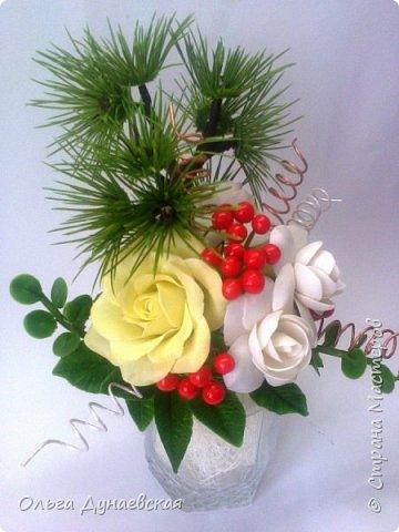 Здравствуйте жители страна мастеров. слепилась такая новогодняя композиция.Розы.гартения и ягодки фото 1