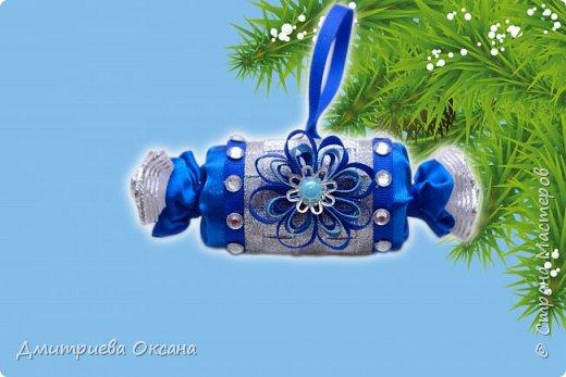 Мастер-класс в технике Канзаши. Сегодня в мастер-классе мы будем делать своими руками новогоднее украшение на новогоднюю елку - Конфетку Канзаши. Для работы используем атласные ленты шириной 1 см, 5 см, репсовую ленту шириной 0,6 см, органзу шириной 2 см. Удачи в творчестве!!! фото 2