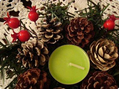 Добрый вечер! Хочу показать Вам подсвечник, сделанный для очень хорошего человечка в нашей стране и очередной веночек, тоже для одной из мастериц... Итак, подсвечник.. Ветки от елки, скрученный леской в круг, шишки ели, сосны и лиственницы, натуральные и вытравленные белизной...ну и немного ягодок... фото 3