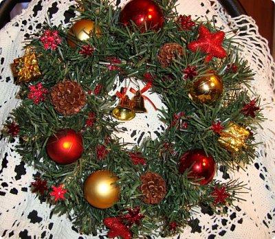 Добрый вечер! Хочу показать Вам подсвечник, сделанный для очень хорошего человечка в нашей стране и очередной веночек, тоже для одной из мастериц... Итак, подсвечник.. Ветки от елки, скрученный леской в круг, шишки ели, сосны и лиственницы, натуральные и вытравленные белизной...ну и немного ягодок... фото 5
