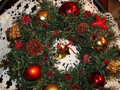 Добрый вечер! Хочу показать Вам подсвечник, сделанный для очень хорошего человечка в нашей стране и очередной веночек, тоже для одной из мастериц... Итак, подсвечник.. Ветки от елки, скрученный леской в круг, шишки ели, сосны и лиственницы, натуральные и вытравленные белизной...ну и немного ягодок... фото 6