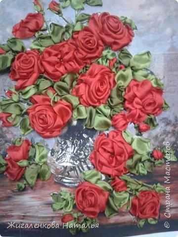 Доброго времени суток! Алые розы в вазе.Вышивка шелковыми лентами. размер 28х34 см. В работе использованы шелковые ленты (10,25мм), бисер. фото 1