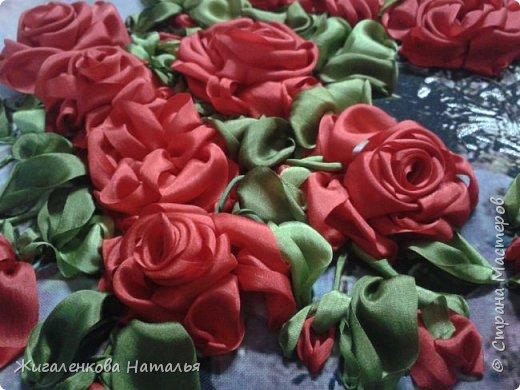 Доброго времени суток! Алые розы в вазе.Вышивка шелковыми лентами. размер 28х34 см. В работе использованы шелковые ленты (10,25мм), бисер. фото 2