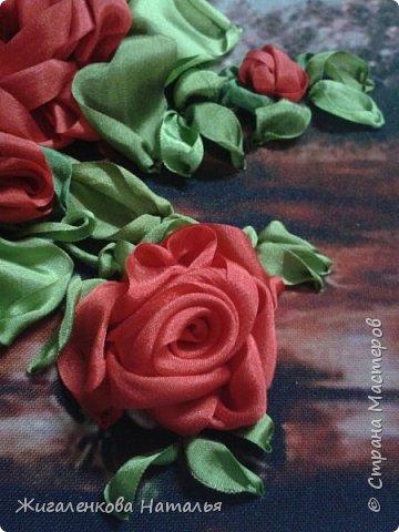Доброго времени суток! Алые розы в вазе.Вышивка шелковыми лентами. размер 28х34 см. В работе использованы шелковые ленты (10,25мм), бисер. фото 3