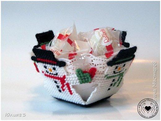 Предлагаю Вашему вниманию оригинальные коробочки для конфет на новый год. Выполнены из пластиковой канвы.  Всех с наступающим новым годом!!  Всего вам хорошего, самого лучшего, Удачи во всём и счастливого случая. Пусть будут приятными ваши заботы, Хорошие чувства приносит работа. Пускай не несет Новый год огорчения, А только отличного вам настроения! (http://pozdravok.ru/pozdravleniya/prazdniki/noviy-god) фото 1