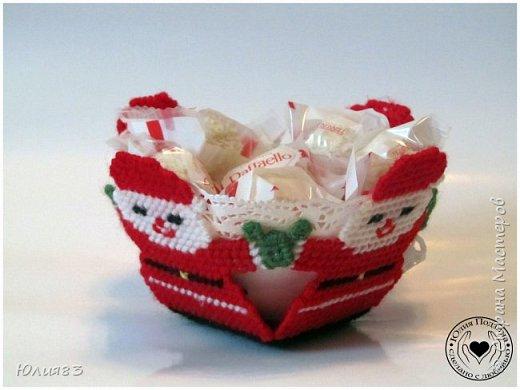 Предлагаю Вашему вниманию оригинальные коробочки для конфет на новый год. Выполнены из пластиковой канвы.  Всех с наступающим новым годом!!  Всего вам хорошего, самого лучшего, Удачи во всём и счастливого случая. Пусть будут приятными ваши заботы, Хорошие чувства приносит работа. Пускай не несет Новый год огорчения, А только отличного вам настроения! (http://pozdravok.ru/pozdravleniya/prazdniki/noviy-god) фото 2