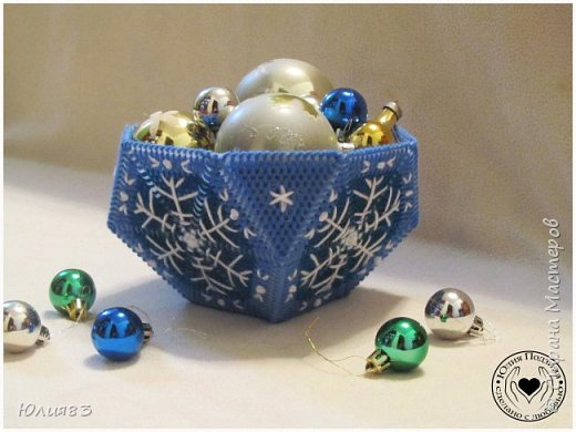 Предлагаю Вашему вниманию оригинальные коробочки для конфет на новый год. Выполнены из пластиковой канвы.  Всех с наступающим новым годом!!  Всего вам хорошего, самого лучшего, Удачи во всём и счастливого случая. Пусть будут приятными ваши заботы, Хорошие чувства приносит работа. Пускай не несет Новый год огорчения, А только отличного вам настроения! (http://pozdravok.ru/pozdravleniya/prazdniki/noviy-god) фото 3