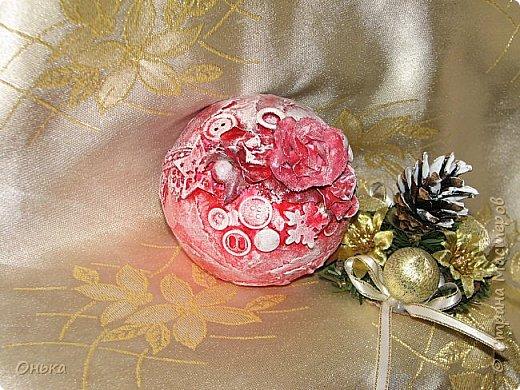 Девчоночки, сделала Новогодний шарик-лошарик. Спасибо огромное Диане Январевой за идею! Делался на одном дыхании. Работа всего одна, но она мне так нравится, что я решила Вам показать не дожидаясь следующих работ. Дальше только фото. фото 1