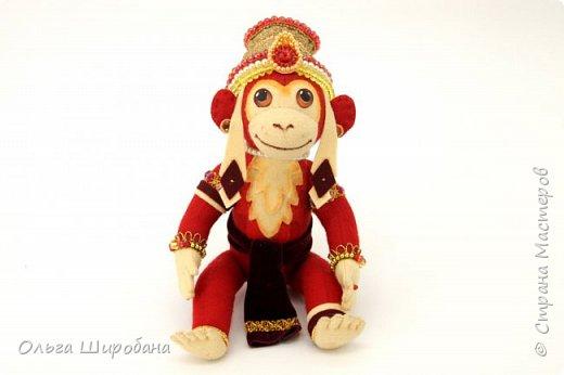 Хануман( Царь Обезьян) - сын бога ветра. Культ Ханумана — один из самых популярных в индуизме. Его чтят как наставника в науках и покровителя деревенской жизни. Из Индии культ Ханумана (и обезьян вообще) распространился на всю Юго-Восточную Азию, вплоть до Китая. Там его почитают как Сунь Укуна. фото 3