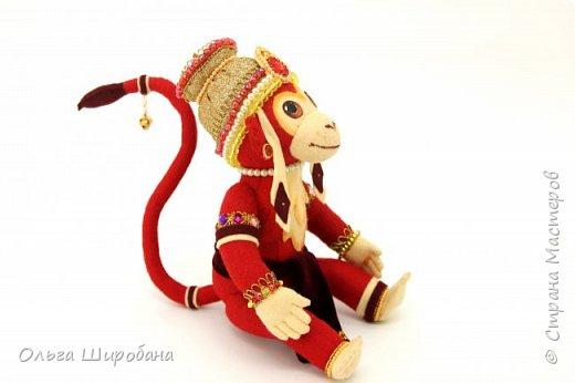 Хануман( Царь Обезьян) - сын бога ветра. Культ Ханумана — один из самых популярных в индуизме. Его чтят как наставника в науках и покровителя деревенской жизни. Из Индии культ Ханумана (и обезьян вообще) распространился на всю Юго-Восточную Азию, вплоть до Китая. Там его почитают как Сунь Укуна. фото 1