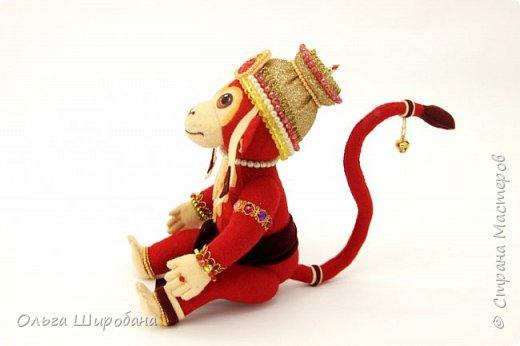 Хануман( Царь Обезьян) - сын бога ветра. Культ Ханумана — один из самых популярных в индуизме. Его чтят как наставника в науках и покровителя деревенской жизни. Из Индии культ Ханумана (и обезьян вообще) распространился на всю Юго-Восточную Азию, вплоть до Китая. Там его почитают как Сунь Укуна. фото 2
