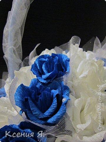 Добрый день, дорогие жители страны!  Что чаще всего дарят на свадьбу?....... Конечно же цветы!  Жалко мне стало живые цветочки, на улице холодно, замерзнут, и вся красота исчезнет.  Так как свадьба была в сине-белых тонах, то и корзинку с цветами-конфетами я решила сделать именно такую же. Делала первый раз, но оказалось не сложно и очень увлекательно!  Приглашаю посмотреть на результат! фото 1