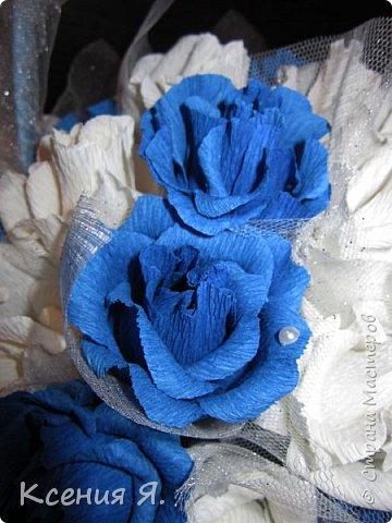 Добрый день, дорогие жители страны!  Что чаще всего дарят на свадьбу?....... Конечно же цветы!  Жалко мне стало живые цветочки, на улице холодно, замерзнут, и вся красота исчезнет.  Так как свадьба была в сине-белых тонах, то и корзинку с цветами-конфетами я решила сделать именно такую же. Делала первый раз, но оказалось не сложно и очень увлекательно!  Приглашаю посмотреть на результат! фото 4