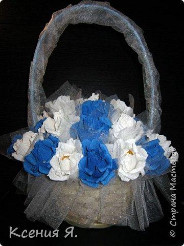 Добрый день, дорогие жители страны!  Что чаще всего дарят на свадьбу?....... Конечно же цветы!  Жалко мне стало живые цветочки, на улице холодно, замерзнут, и вся красота исчезнет.  Так как свадьба была в сине-белых тонах, то и корзинку с цветами-конфетами я решила сделать именно такую же. Делала первый раз, но оказалось не сложно и очень увлекательно!  Приглашаю посмотреть на результат! фото 2