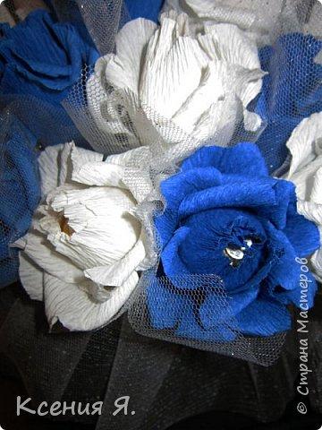 Добрый день, дорогие жители страны!  Что чаще всего дарят на свадьбу?....... Конечно же цветы!  Жалко мне стало живые цветочки, на улице холодно, замерзнут, и вся красота исчезнет.  Так как свадьба была в сине-белых тонах, то и корзинку с цветами-конфетами я решила сделать именно такую же. Делала первый раз, но оказалось не сложно и очень увлекательно!  Приглашаю посмотреть на результат! фото 3