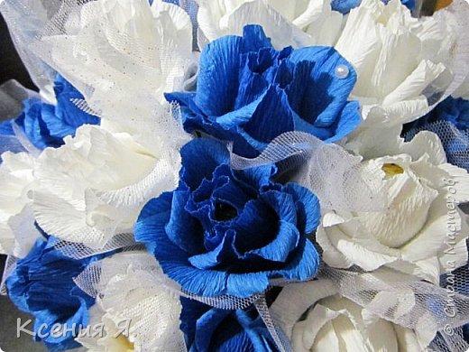 Добрый день, дорогие жители страны!  Что чаще всего дарят на свадьбу?....... Конечно же цветы!  Жалко мне стало живые цветочки, на улице холодно, замерзнут, и вся красота исчезнет.  Так как свадьба была в сине-белых тонах, то и корзинку с цветами-конфетами я решила сделать именно такую же. Делала первый раз, но оказалось не сложно и очень увлекательно!  Приглашаю посмотреть на результат! фото 6